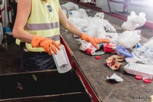 Сортировка вторичного сырья на фабрике